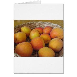 Cartão Abricós frescos em uma cesta de vime