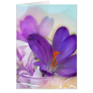 Cartão Açafrão e lírio do arranjo floral de vale.