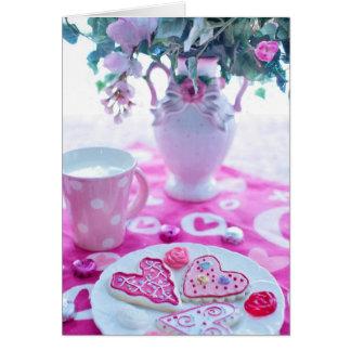 Cartão Ajustes bonitos da mesa dos namorados dos corações