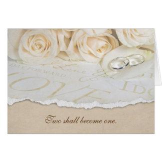 Cartão alianças de casamento na pétala cor-de-rosa