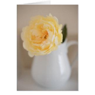 Cartão amarelo da flor e do jarro do chique