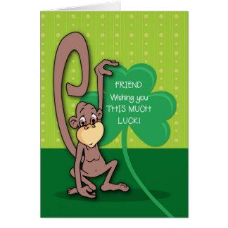 Cartão Amigo, macaco do dia de St Patrick com trevo