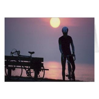Cartão Andando de bicicleta do ciclo da bicicleta que dá