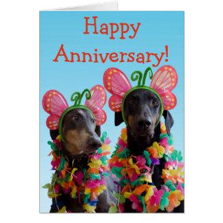 Cartão Aniversário bonito do casal da borboleta do cão do