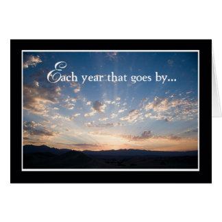 Cartão Aniversário do empregado, céu da paisagem