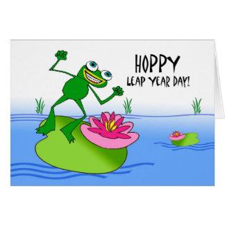 Cartão Ano de pulo Hoppy, sapo engraçado na lagoa
