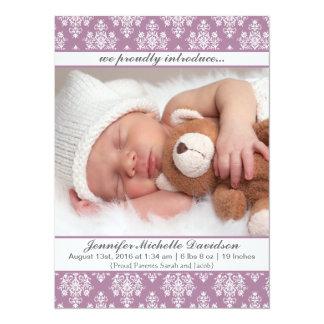 Cartão Anúncios roxos do nascimento do bebé do damasco