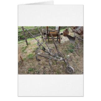 Cartão Arado velho do ferro e outras ferramentas