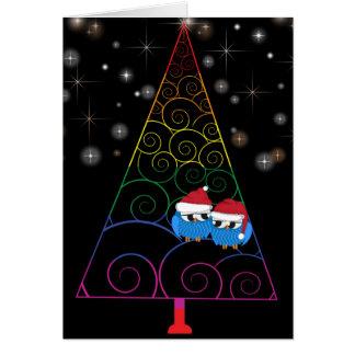 Cartão Arco-íris da árvore de Natal e duas corujas