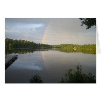 Cartão Arcos-íris dobro sobre o lago claro