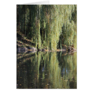 Cartão Árvores de salgueiro refletidas no rio