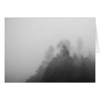 Cartão Árvores na névoa pesada