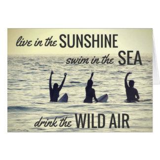 Cartão As meninas que surfam a praia do surf bebem as