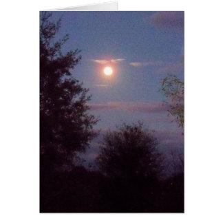 Cartão ascensão completa da lua do lobo no crepúsculo -