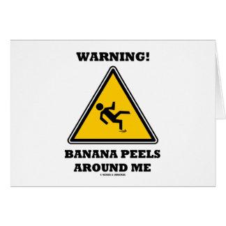 Cartão Aviso! Cascas da banana em torno de mim (humor do