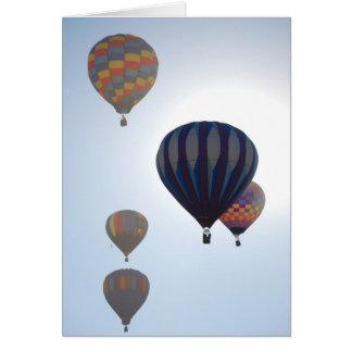 Cartão Balões de ar quente contra o Sun