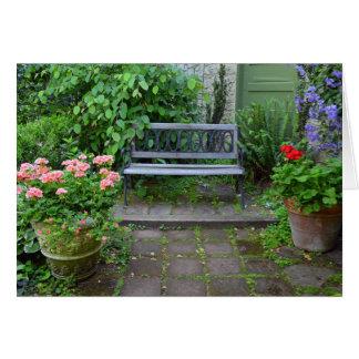 Cartão Banco do jardim no pátio do verão