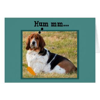 Cartão Basset Hound confuso que procura o coelhinho da