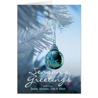 Cartão Bauble azul reflexivo pequeno no White Christmas