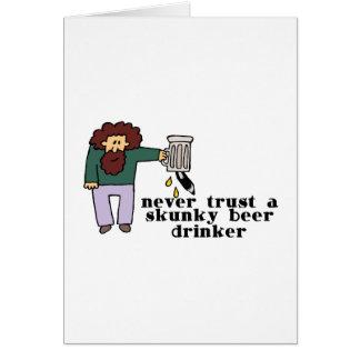 Cartão Bebedor de cerveja de Skunky