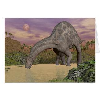 Cartão Bebendo do dinossauro do Dicraeosaurus - 3D rendem
