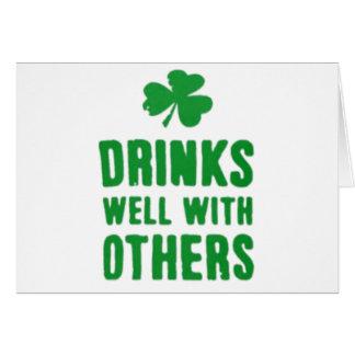 Cartão Bebidas bem com outro T do dia de St Patrick