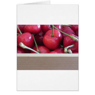 Cartão Beira de cerejas frescas no fundo de madeira