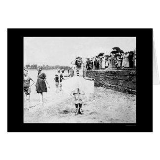 Cartão Beleza do roupa de banho na praia 1909