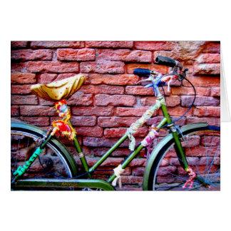 Cartão Bicicleta verde que inclina-se contra uma parede