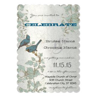Cartão Bluebirds cortados que sentam-se em um casamento