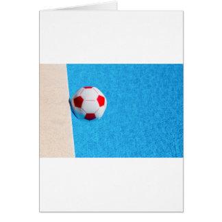 Cartão bola de praia Vermelho-branca que flutua na