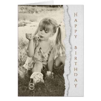 Cartão bolhas de sopro da menina para o aniversário