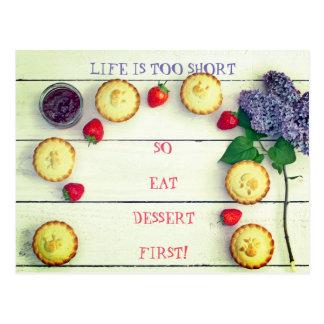 Cartão bonito com sobremesa e morangos