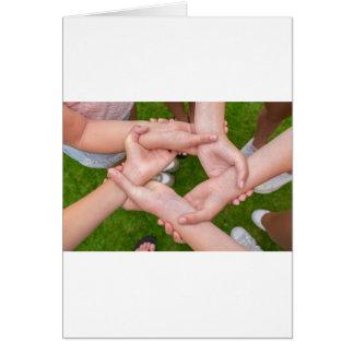 Cartão Braços com mãos das meninas que guardaram-se