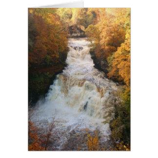 Cartão Cachoeira de conexão em cascata no outono Corra