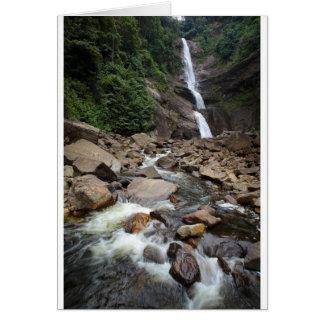Cartão Cachoeira e rio da natureza