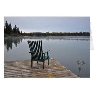 Cartão Cadeira vazia na plataforma do lago