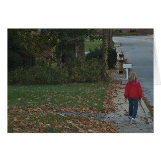 Cartão Caminhada do outono através das folhas do tempo