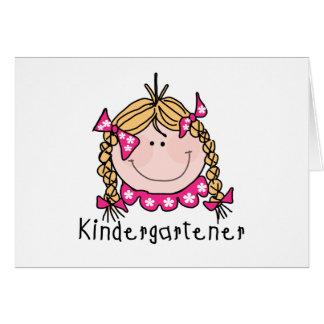 Cartão Camiseta e presentes louros do Kindergartener da