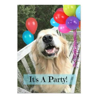 Cartão Cão do golden retriever com aniversário do costume
