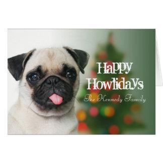 Cartão Cão do Pug contra a árvore de Natal com bokeh