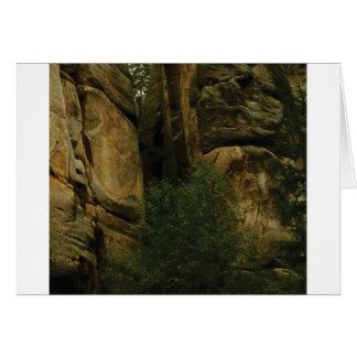 Cartão cara amarela da rocha com árvores