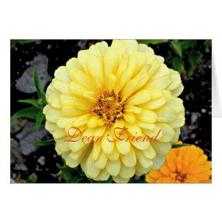 Cartão Caro amigo da flor amarela ensolarada do Zinnia