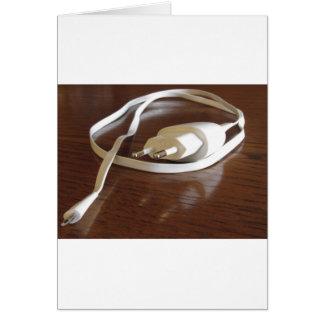 Cartão Carregador branco do smartphone na mesa de madeira