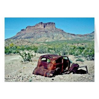 Cartão Carro antigo oxidado na frente do montículo