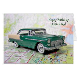Cartão carro retro no mapa de estradas para o aniversário