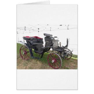 Cartão Carruagem antiquado do cavalo na grama verde