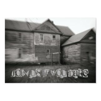 Cartão Casa assombrada o Dia das Bruxas afligido velho