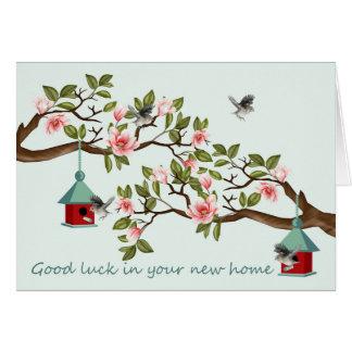 Cartão Casa nova com pássaros e casas do pássaro em uma