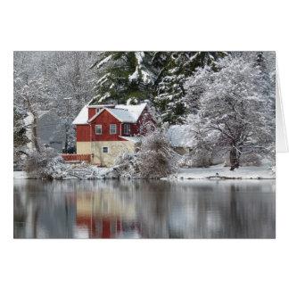 Cartão Casa vermelha no lago na foto do vazio do inverno